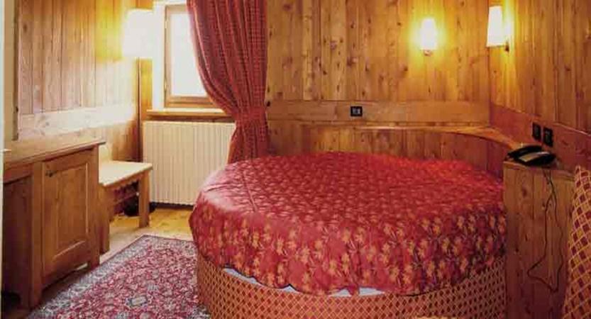 italy_milky-way-ski-area_sauze-doulx_grand-hotel-besson_bedroom2.jpg