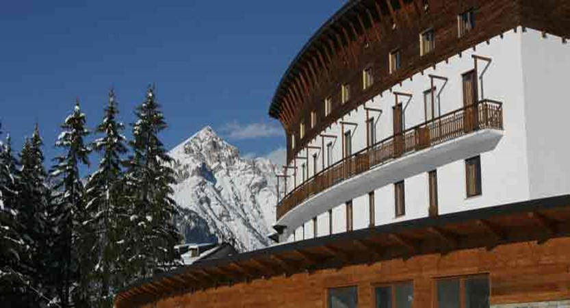 italy_milky-way-ski-area_sauze-doulx_grand-hotel-besson_exterior2.jpg