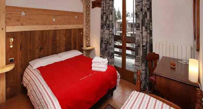 italy_milky-way-ski-area_sauze-doulx_hotel-chalet-del-sole_bedroom.jpg