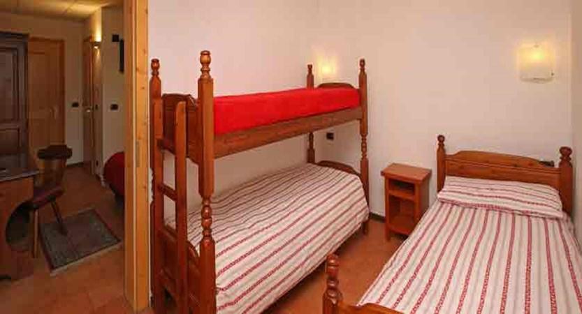 italy_milky-way-ski-area_sauze-doulx_hotel-chalet-del-sole_bedroom3.jpg