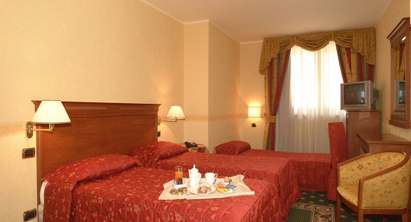 italy_milky_way_ski_area_sestriere_hotel_belvedere_bedroom.jpg