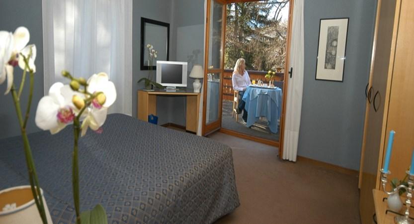 italy_bardonecchia_hotel-des-geneys_bedroom2.jpg