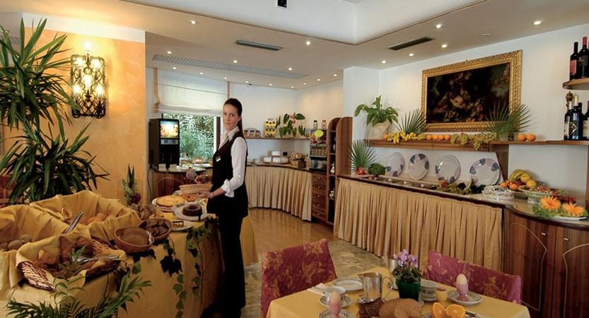 Hotel Kriss Internazionale, Bardolino, Lake Garda, Italy - Restaurant.jpg