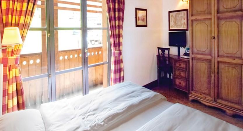 Italy_Cervinia_Chalet-Hotel-Dragon_bedroom-with-balcony.jpg