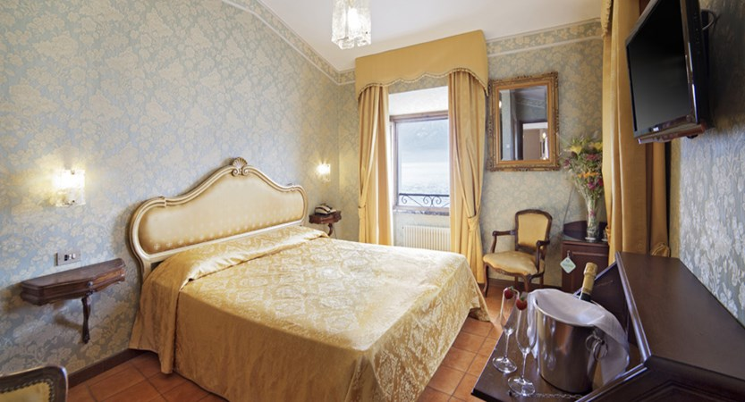 Hotel Le Palme, Limone, Lake Garda, Italy - Romantic Gold Room.jpg