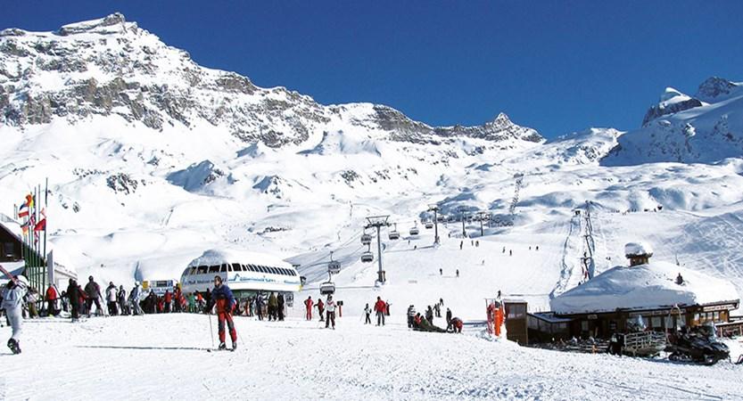Italy_Cervinia_Ski_piste_area.jpg