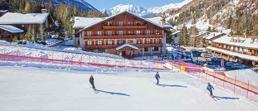 Italy_champoluc_chalet-hotel-du-champoluc_exterior_skiers.jpg