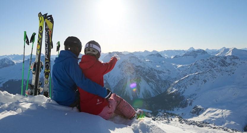 Switzerland_Graubünden-Ski-Region_Arosa-Lenzerheide_Couple-enjoying-Summit-view.jpg