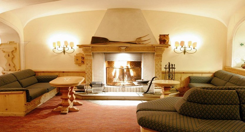 Switzerland_St-Moritz_Hotel-Steffani_Lounge-fireplace.jpg