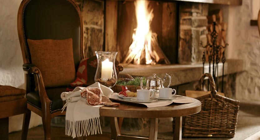 Switzerland_Wengen_Hotel-Alpenrose_Lounge-fireplace.jpg
