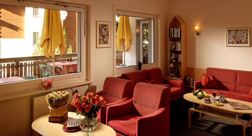 Switzerland_Saas-Fee_Hotel-Park_Lounge-area.jpg