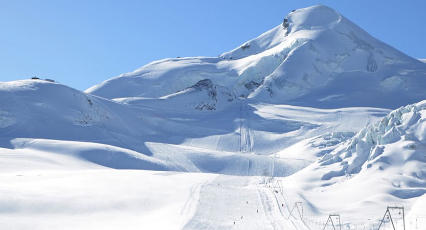 Switzerland_Saas-Fee_piste-snow-mountain-view.jpg