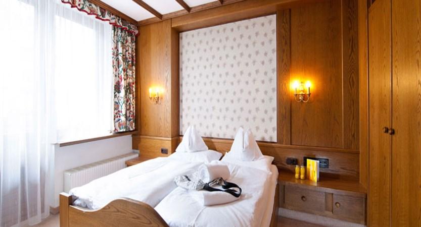 austria_obergurgl_hotel-alpina-sonnberg_bedroom.jpg