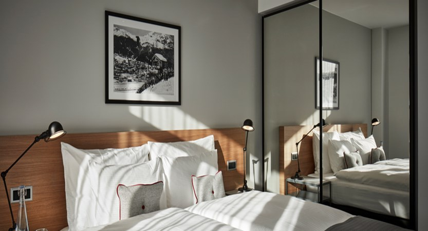 switzerland_davos_hard-rock-hotel_spenglers-bedroom-sbk_3.jpg