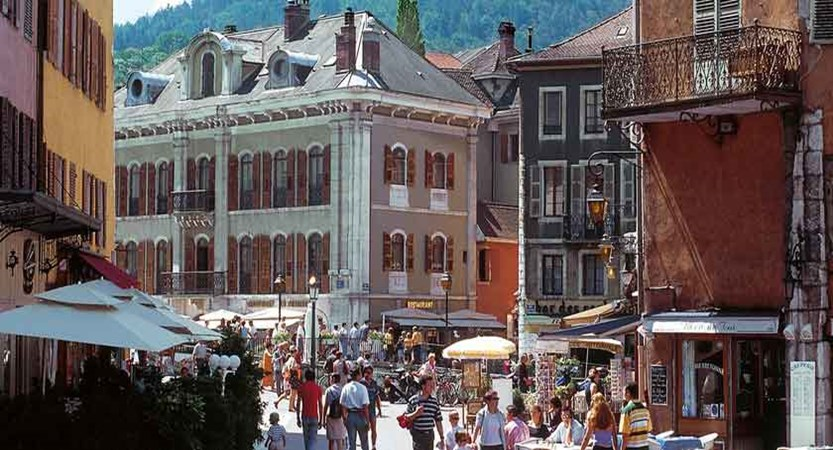 Streets-of-Talloires,-Lake-Annecy,-France.jpg