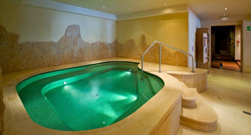 italy_dolomites_corvara_sporthotel-panorama_whirlpool.jpg