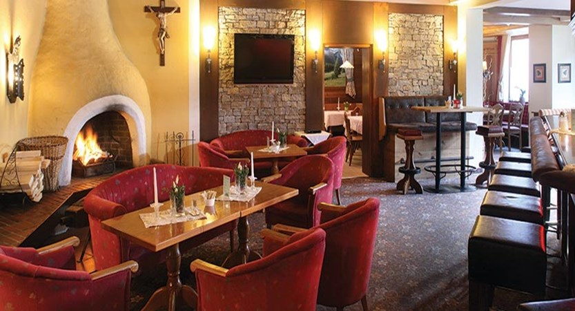 Hotel Alphof, Alpebach, Austria - bar lounge.jpg