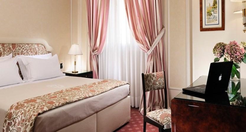 De-La-Ville-Classic-Bedroom.JPG