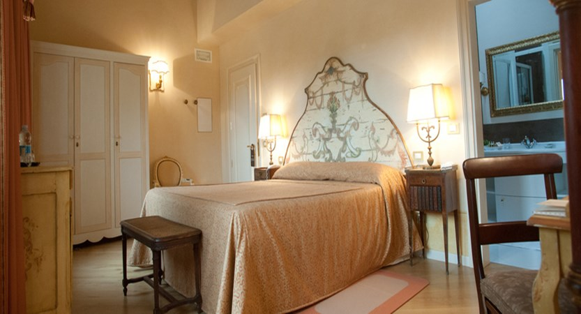 Relais-Fra-Lorenzo-classic-room.jpg