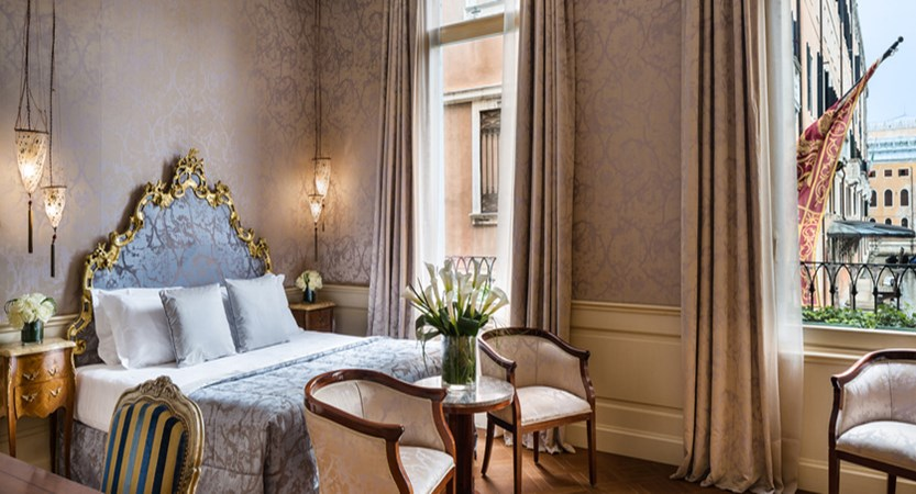 1_Baglioni_Hotel_Luna_Venezia_Deluxe_Room_Bedroom.jpg