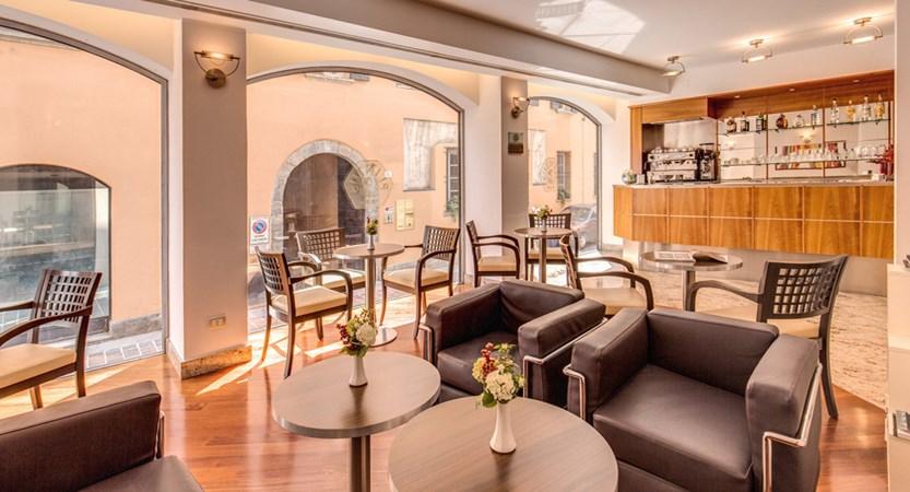 Hotel_lake_como_lounge_bar.jpg