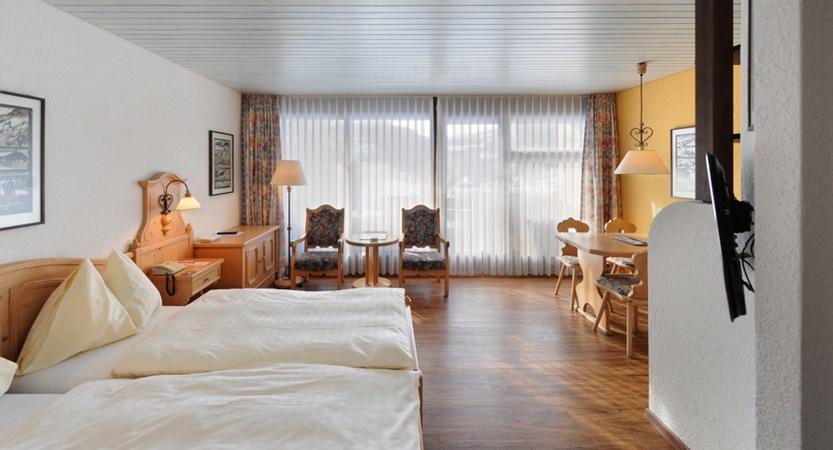 Eiger Self-Catering Apartments, Grindelwald, Switzerland 4-Zimmer App. Wohnbereich mit Sicht zum Balkon.jpg