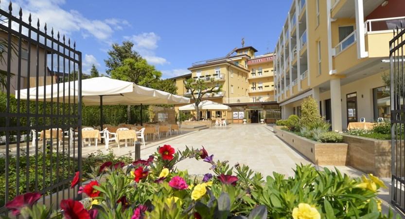 Hotel-Bisesti-Garda-entrance.JPG