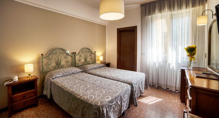 Hotel-Bisesti-Garda-standard-room.jpg