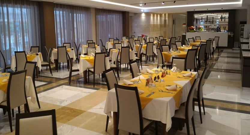 Hotel-Bisesti-Garda-restaurant.jpg