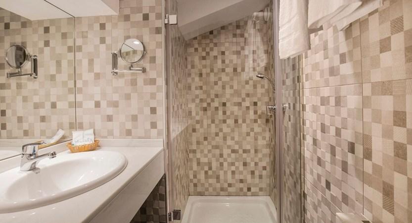 Himalaia Apartment Bathroom.jpg