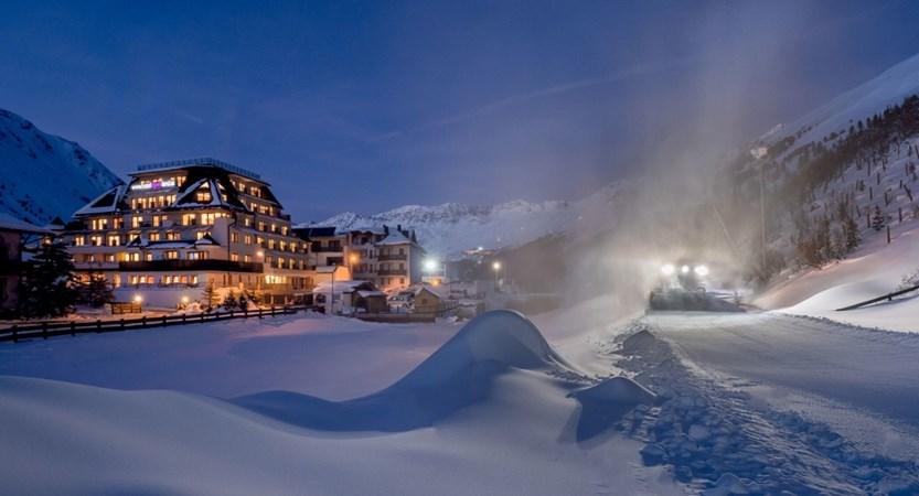 Austria_Obergurgl_Hotel-Alpenland_exterior pano night