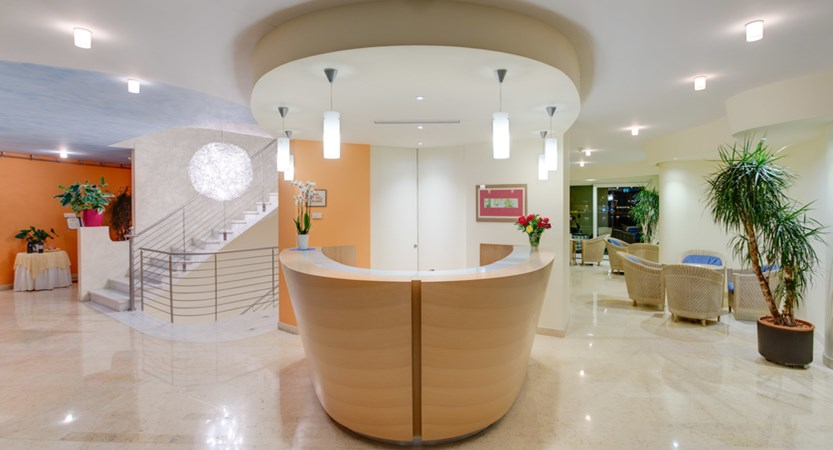 Hotel Maximilian_Malcesine_reception.jpg