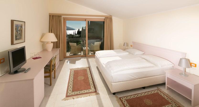 Hotel Maximilian_Malcesine_bedroom.jpg