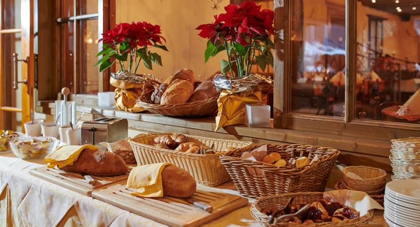 Frühstücksbuffet Brotstation Hotel Spinne Grindelwald.jpg