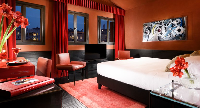 Suite Grand Canal view bedroom_night.jpg (1)