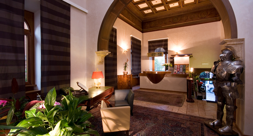 Al-Manthia-Hotel-Reception.jpg