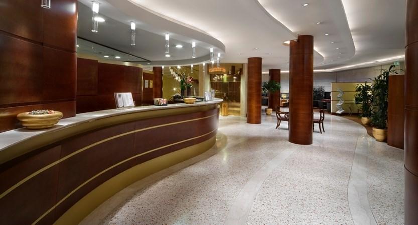 UNA-Hotel-Cusani-Reception.jpg