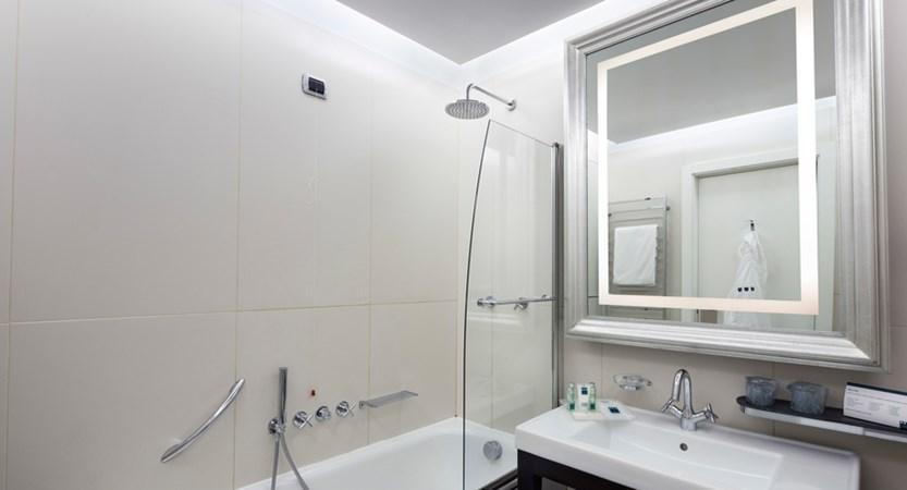 UNA-Hotel-Cusani-Classic-Bathroom.jpg