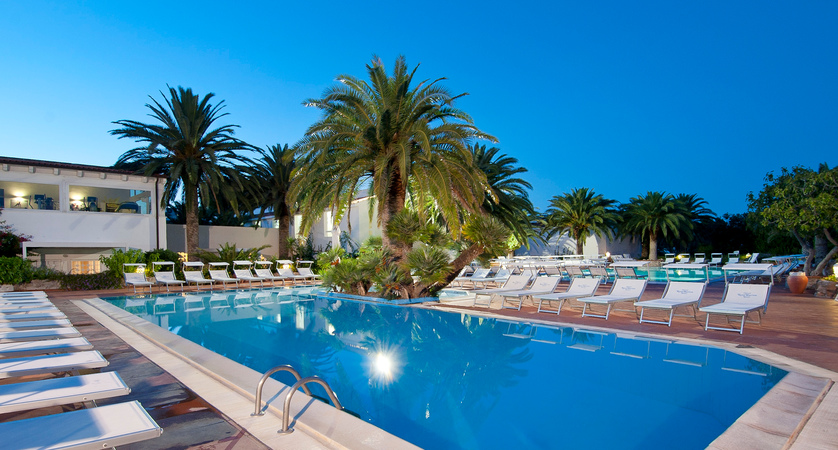 Ostuni-Rosa-Marina-Resort-Swimmingpool.JPG