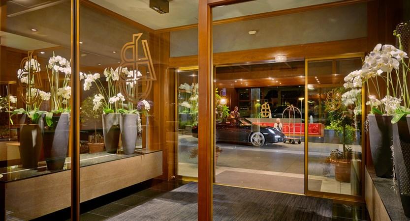 Eingang Hotel mit Blick auf die Einfaht.jpg