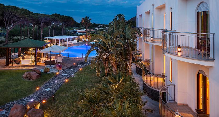 Hotel-Orsa- Maggiore-Exterior.jpg