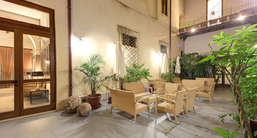 Grande-Albergo-Alfeo-Courtyard.jpg