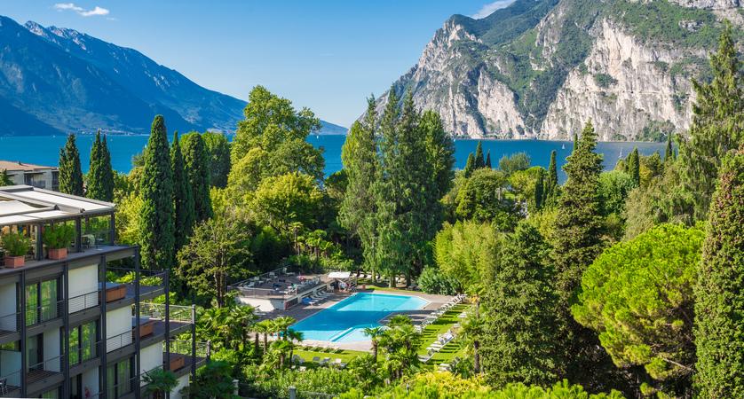 Du Lac Et Du Parc Hotel Pool & Garden.jpg