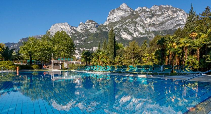 Du Lac Et Du Parc Hotel Outdoor Pool.JPG