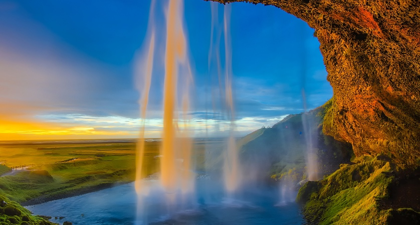 Seljalandsfoss_Waterfall_Iceland.jpg