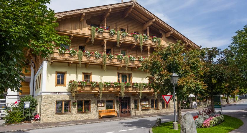 Hotel_Post_Dorfplatz_11_Westendorf_Haus_Sommer.jpg
