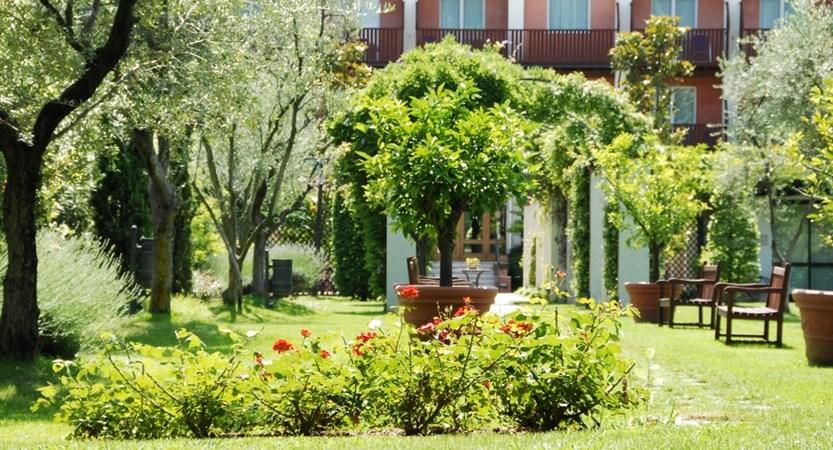 Iseolago, garden.JPG