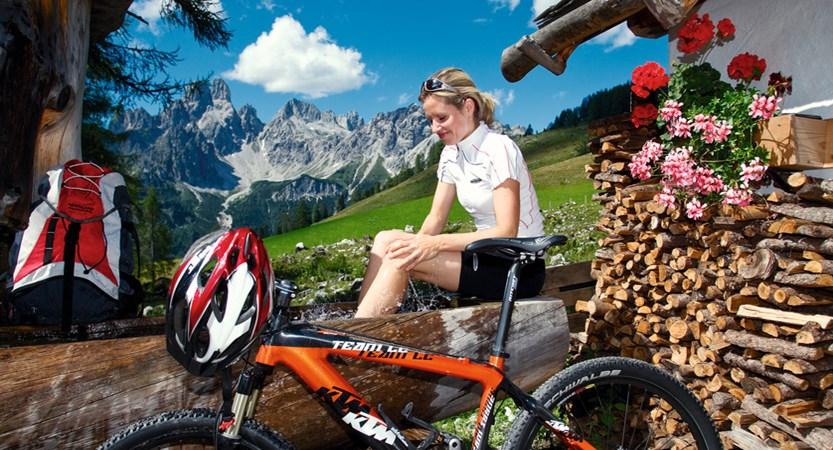 00000029773_Rast-bei-einer-Alm-Mountainbike_Oesterreich-Werbung_Leo-Himsl.jpg