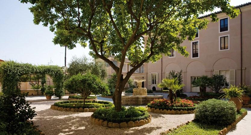 VOI_Donna_Camilla_Savelli_Garden_and _cloister.jpg
