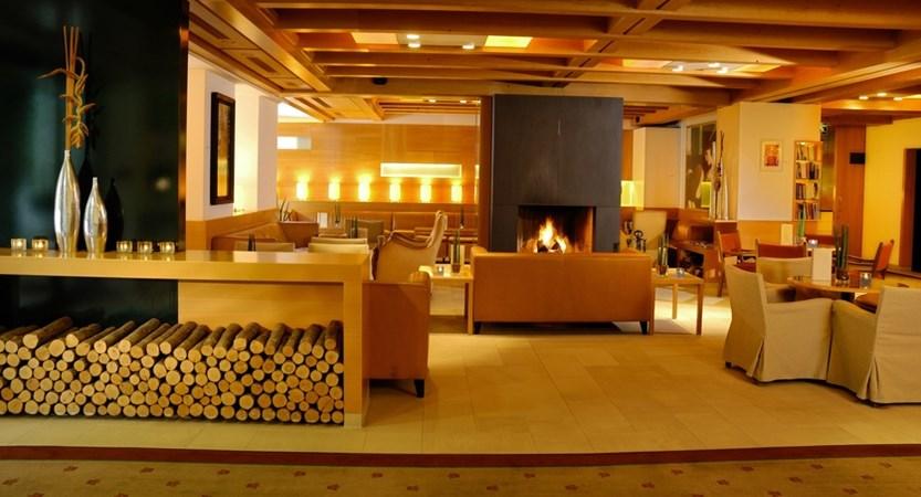 Hotelhalle, Kamin, Sofa -.jpg